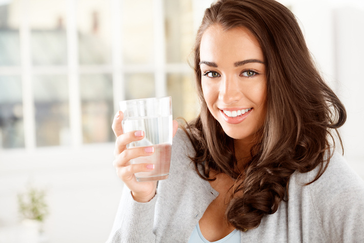 のどが渇いたら水を飲もう! 1日3.5リットルの水で肌もきれいに