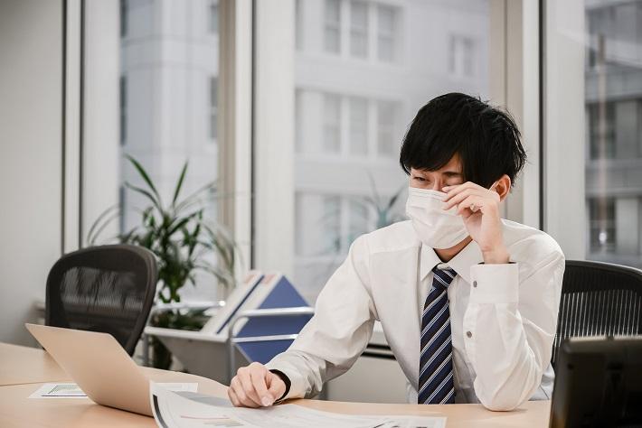 花粉症は年齢が高くなるほど症状が軽くなる!? 今取るべき花粉症対策とは?