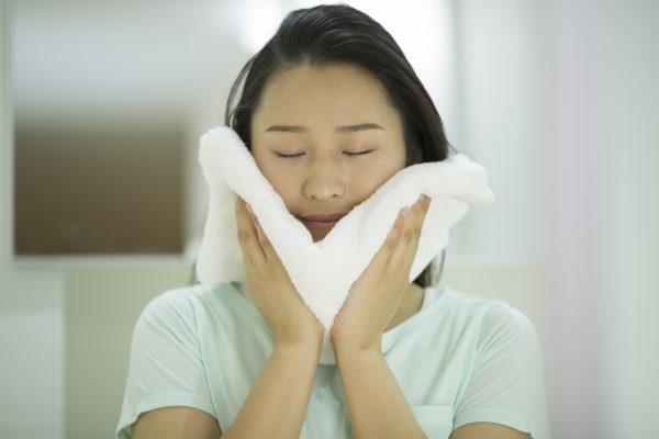 洗顔後にタオルで顔をごしごし
