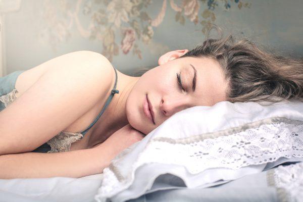 うつぶせで寝る女性